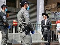 פקחים אוכפים את הסגר בבני ברק / צילום: Oded Balilty, Associated Press