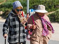 זוג קשישות ברחוב / צילום: שלומי יוסף, גלובס