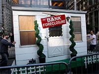 """מיצג של בית מעוקל בתוצאה ממשבר הסאב פריים, 2010. האם ארה""""ב בדרך למשבר נדל""""ן חריף יותר? / צילום: Mike Segar, רויטרס"""