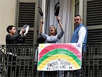 משפחה איטלקית מאלתרת עם כלי בית נגינה ביחד / צילום: Peter Nicholls, רויטרס