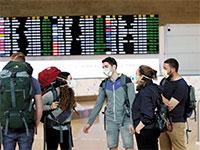 """מטיילים מגיעים לנתב""""ג. ניצלו את טיסות החילוץ שהפעילה המדינה / צילום: רויטרס"""
