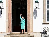 מרגרטה השנייה, מלכת דנמרק, החוגגת את יום הולדתה ה-80 בצל הקורונה, יוצאת לנופף לשלום מפתח ארמונה / צילום: Ritzau Scanpix/Olafur Steinar Gestsson, רויטרס