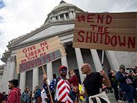 מפגינים מוחים על הסגר מול בניין הקפיטול, וושינגטון / צילום: LINDSEY WASSON, רויטרס