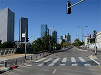 רחוב יגאל אלון בתל אביב. הכביש ריק בצל הגבלות הממשלה בצל הקורונה / צילום: איל יצהר, גלובס