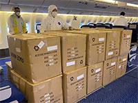 """צוות הטיסה לצד חבילות ציוד המגן רגע לפני פריקתן / צילום: דוברות אל על, יח""""צ"""