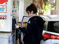 אזרחית ממלאת דלק עם כפפות בצל הקורונה / צילום: איל יצהר, גלובס