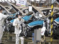 מפעל הונדה בסין. מפעלי המכוניות במדינה חזרו לעבוד, אבל הביקושים עדיין נמוכים / צילום: Ng Han Guan, Associated Press