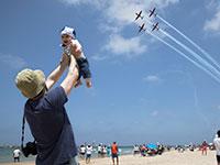 אב מרים את בנו למעלה במטס יום העצמאות האחרון / צילום: Dan Balilty, Associated Press