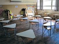 כיתה בבית ספר יסודי בתל אביב, מסודרת לשמירת מרחק בין תלמידים / צילום: Sebastian Scheiner, Associated Press