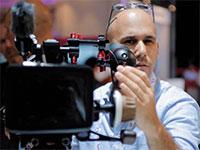 """אריאל גליקסון, הבעלים של """"גליקסון השכרת ציוד צילום"""" / צילום: יוני זלובין"""