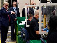 הנשיא טראמפ מבקר במפעל לייצור מסכות בפיניקס, אריזונה ביום שלישי. הביקור במפעל לא כלל מסכה - הנשיא מסרב להן בתוקף / צילום: Evan Vucci, Associated Press