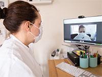 פגישה מקוונת למתן ייעוץ רפואי מרחוק לחולי קורונה בצרפת / צילום: Veronique Popinet, רויטרס