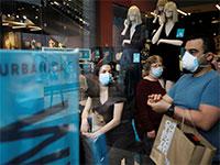 סניף של אורבניקה בשבוע שעבר. הקונים חזרו להסתער על החנויות / צילום: Amir Cohen, רויטרס