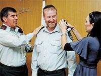 """אשכנזי (משמאל) מעניק דרגות אלוף לפצ""""ר מנדלבליט בשנת 2008. החיוכים התחלפו בחקירות / צילום: דובר צה""""ל"""