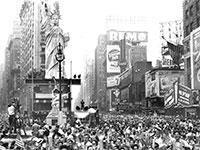אלפים בכיכר טיימס בניו יורק חוגגים את סוף מלחמת העולם השנייה, 1945 / צילום: Associated Press