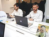 עובדים בסטארט־אפ ישראלי. שיעור העובדים החרדים גדל בשנים האחרונות / צילום: Associated Press