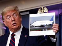 טראמפ מחזיק תמונה של דרימליינר של בואינג, מרץ 2020 / צילום: Alex Brandon, Associated Press
