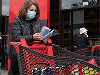 רכישת מסכות להגנה מפני וירוס הקורונה בסופרמרקט בספרד  / צילום:  Zabulon Laurent /ABACA, רויטרס