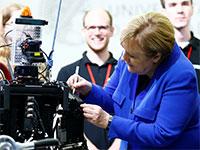 קנצרית גרמניה אנגלה מרקל, עם רובוט באוניברסיטת דרמשטאדט / צילום: RALPH ORLOWSKI, רויטרס
