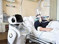 רובוט מסייע לצוות הרפואי בבית חולים איטלקי. החשש מהידבקות מקדם את חברות הרובוטיקה / צילום: FLAVIO LO SCALZO, רויטרס