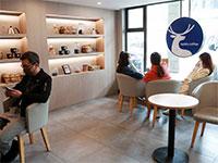 סניף של לאקין קופי בבייג'ינג. קפה זול ומבצעים / צילום: Bai Kelin, רויטרס