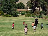 ילדים רצים בקיבוץ / צילום: אייל מרגולין