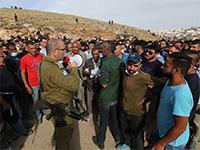 """התקהלות של פלסטינים בחברון סביב משרדי התיאום / צילום: מתוך עמוד הפייסבוק של """"חברון אונליין"""""""