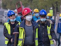 פועלי בנייה סינים. מהגרי העבודה הם שליש מכוח העבודה הסיני  / צילום: Arek Rataj, Associated Press