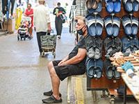בעלים של דוכן בשוק ברמלה. היציאה מהמשבר הכלכלי לא נראית באופק / צילום: שלומי יוסף, גלובס