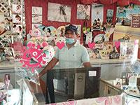 בעלי חנות מזכרות בערד, אחת הערים שנפגעה מאוד כלכלית בעקבות משבר הקורונה, מוגן בלוחות פלסטיק  / צילום: גיא ליברמן, גלובס