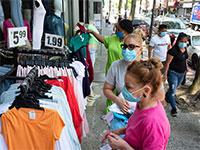 חנות בגדים בניו יורק, החודש. חוזרים לצרוך / צילום: Mark Lennihan, Associated Press