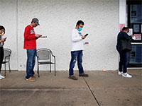 """מחפשי עבודה בלשכת תעסוקה במדינת ארקנסו, ארה""""ב / צילום: NICK OXFORD, רויטרס"""