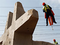 """עבודות של חברת החשמל באשקלון. אג""""ח החברה קרובות לרמתן בתחילת השנה / צילום: Amir Cohen, רויטרס"""