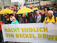 """הפגנות נגד עליית מחירי הדירות בברלין. על השלט: """"שימו את המכסה""""  / צילום: HANNIBAL HANSCHKE, רויטרס"""