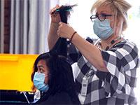 מספרה בדאלאס, טקסס. מגזר השירותים נפגע מאד מהסגר החברתי / צילום: LM Otero, Associated Press