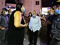 """שוטרים מחלצים את אמנון אברמוביץ' בהפגנת התמיכה ברה""""מ השבוע בתל אביב / צילום: ראובן קסטרו, וואלה !NEWS"""