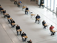 עובדי איירבאס שומרים על ריחוק חברתי בעבודה במהלך ארוחת צהריים, אפריל / צילום: Jon Super, Associated Press