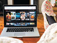 """נטפליקס. עלייה מסיבית בצריכת שירותי טלוויזיה בארה""""ב / צילום: Antoine Kreme, רויטרס"""