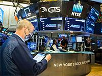 סוחר בבורסת ניו יורק. חלק ניכר מהימים הרווחיים ביותר נרשמים במהלך המשברים - לא אחריהם / צילום: Colin Ziemer, Associated Press