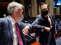 """יו""""ר הפדרל רזרב, ג'רום פאוול (משמאל), ושר האוצר האמריקאי, סטיבן מנוצ'ין / צילום: Bill O'Leary, Associated Press"""
