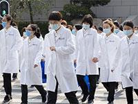 צוותים רפואיים בווהאן. רק ל־14% מהסינים יש מספיק חסכונות להתמודד עם מקרה חירום רפואי  / צילום: Ng Han Guan, Associated Press