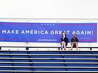 """שלט קמפיין הבחירות של טראמפ באיצטדיון בארה""""ב / צילום: Brynn Anderson, Associated Press"""
