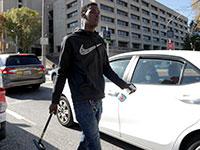 נערים בשיכונים העניים של בלטימור מציעים שירותי ניקוי חלונות לרכבים הנוסעים / צילום: Julio Cortez, Associated Press