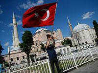 דגל טורקי מונף מול איה סופיה באיסטנבול / צילום: Emrah Gurel, Associated Press