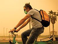 רוכב אופניים על רקע זיהום בתל אביב / צילום: שלומי יוסף, גלובס