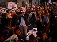 מפגינים מול בלפור בירושלים אמש / צילום: Ariel Schalit, Associated Press