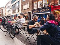 """שולחנות מסעדה ברחוב בלונדון. הסועדים יזכו להנחה במע""""מ / צילום: shutterstock, שאטרסטוק"""