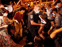 מפגינים ושוטרים מתעמתים מול בית ראש הממשלה בהפגנה שהתקיימה השבוע / צילום: Ronen Zvulun, רויטרס