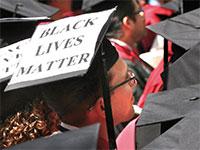 """סטודנטים בהרווארד עם שלטי """"חיי שחורים נחשבים"""" בטקס סיום / צילום: Steven Senne, Associated Press"""