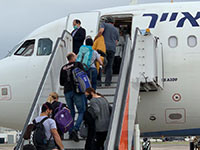 נוסעים אזרים עולים למטוס של ישראייר שנחת בטשקרט וממריא לבאקו / צילום: מוני שפיר